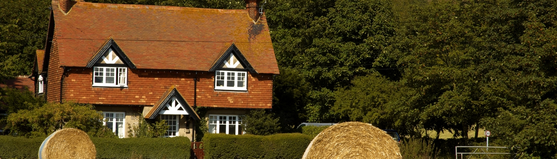 Agri Novatex UK | Easynet bales close to a cottage